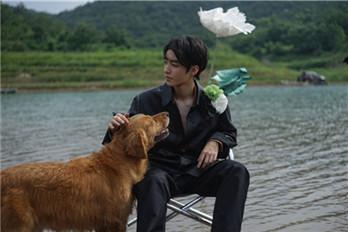 王俊凯雨中拍摄杂志大片 侧颜太帅!