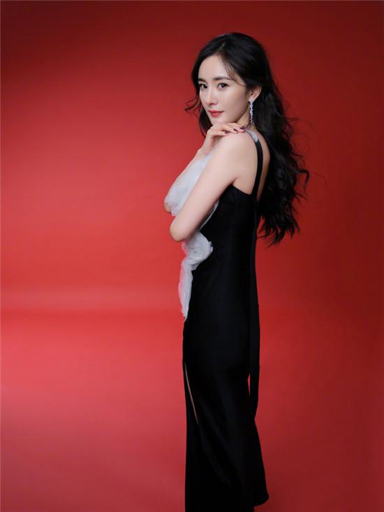 杨幂身穿黑白拼接礼裙 优雅中又带有一点俏皮感