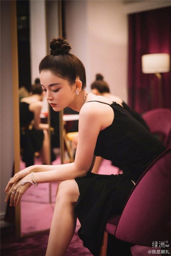 娜扎身穿黑色鱼尾镂空裙 天鹅颈优越迷人