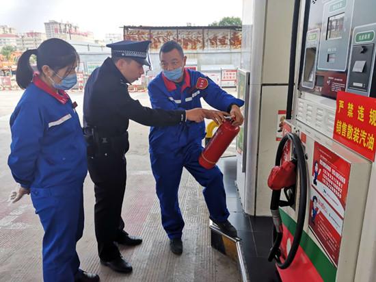 驻马店市公安局金桥派出所民警排查走访加油站消隐患
