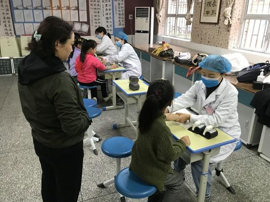 郑州市管城区南学街小学开展健康体检活动