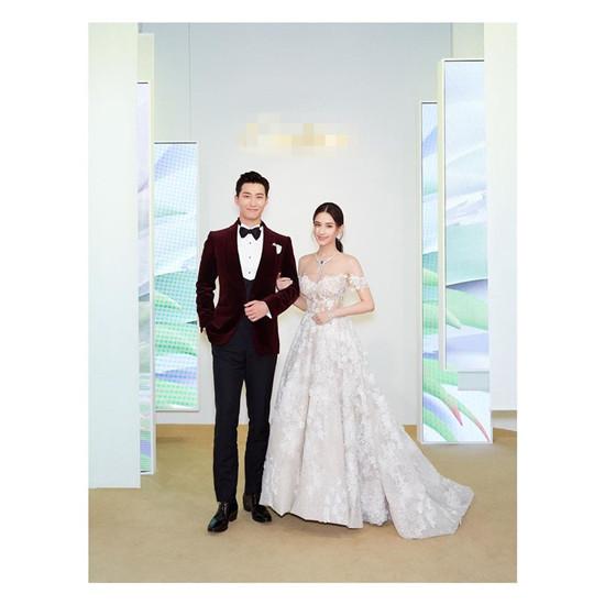 何超莲窦骁结婚了?两人穿着婚礼正装到活动现场
