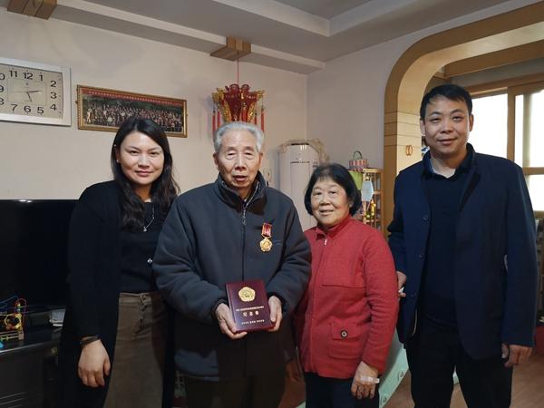 郑州花园路街道:为抗美援朝出国作战人员发放纪念章