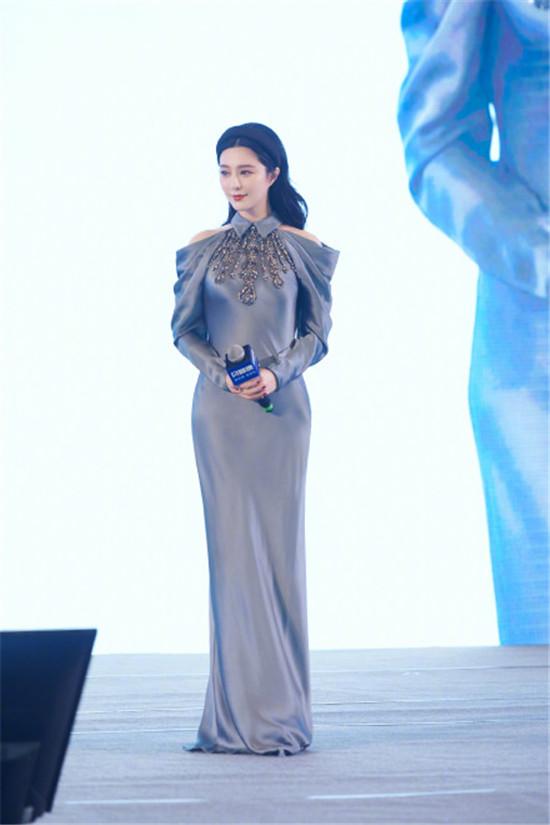 范冰冰一身高级灰缎面修身长裙大秀身体曲线