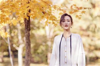 王鸥穿了一件白色带两根飘带的衬衫 优雅又时尚
