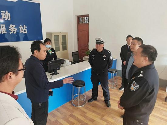 武陟县政协副主席王晓洋带队视察道路交通安全宣传工作