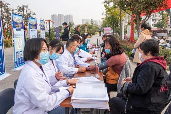 """唐河县人民医院举行""""医体融合 预防卒中""""为主题的义诊活动"""