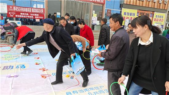 郑州市2020年社会救助政策宣传活动走进登封数百名困难群众身边
