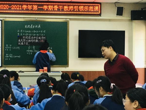 """""""立足课堂  携手成长"""" ——郑州管城区南学街小学开展骨干教师引领示范课活动"""