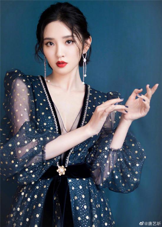 唐艺昕身穿深V薄纱长裙 产后身材性感美丽