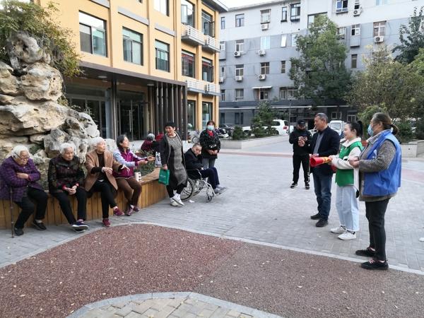 """郑州市金水区妇联在花园路街道甲院社区开展""""垃圾分类、全员参与""""宣传活动"""