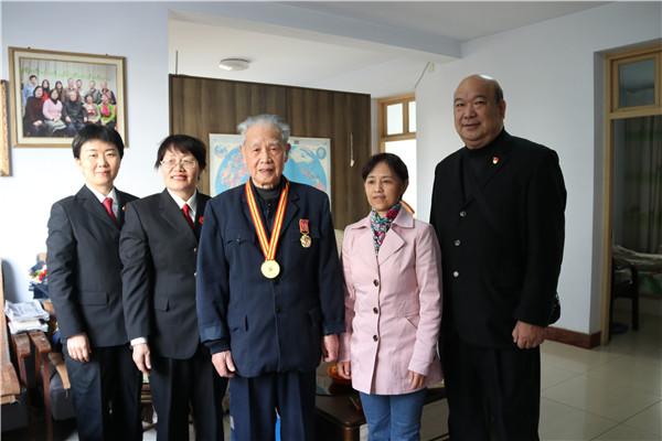 南阳市宛城区法院:忆往昔表关怀 为退休法官送荣誉奖章