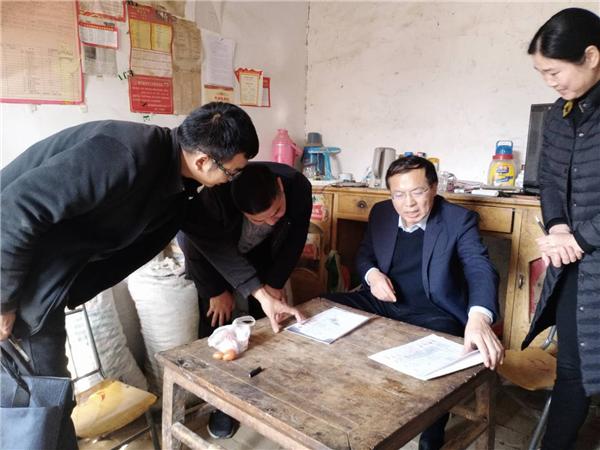 唐河县委书记周天龙深入大河屯镇李湾村走访困难群众