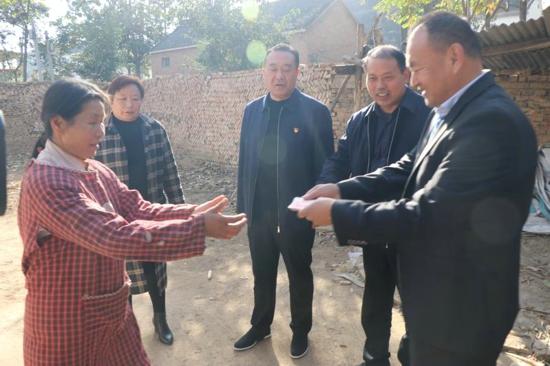 送资金和生活用品,周口太康县自然资源局联合爱心企业慰问贫困户