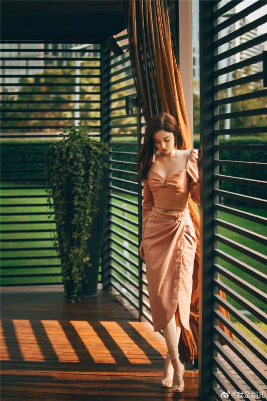 娜扎穿樱花粉皮裙 小露蛮腰和事业线尽显