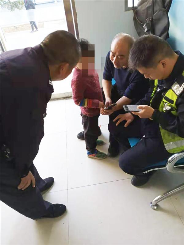 邓州:3岁男孩贪玩走失 执勤民警暖心救助