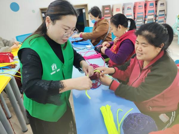 郑州市甲院社区党群服务中心:心灵手巧,变废为宝