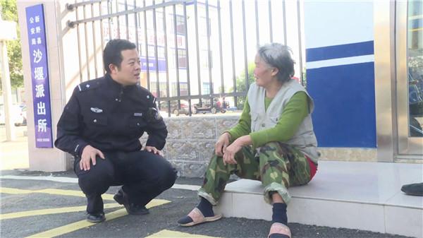 河南新野:女子负气离家18年 民警相助家人团聚