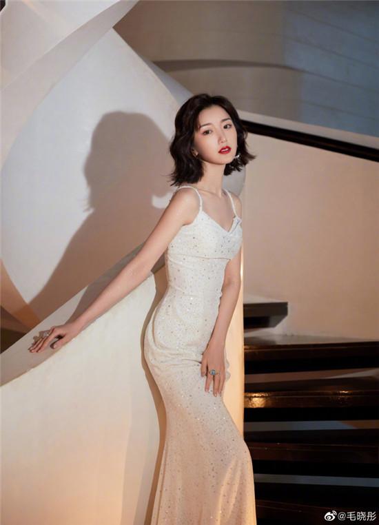 毛晓彤身穿白色长裙 搭配红唇微卷发 港风十足