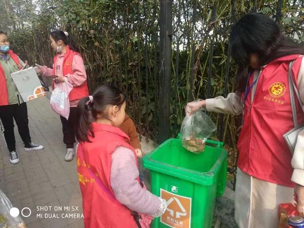 南关小学少先队员携手志愿者,为文明郑州助力添彩