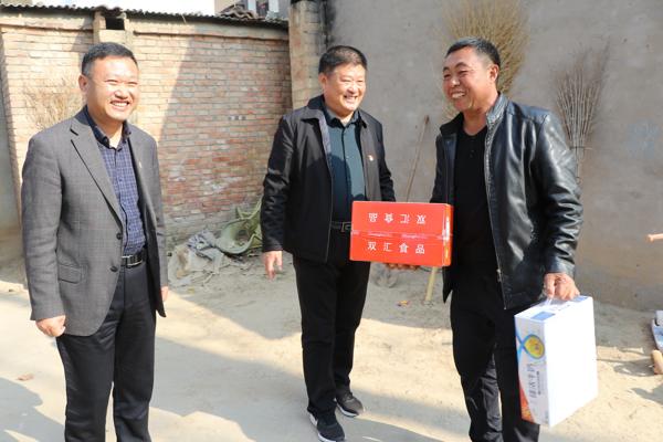 周口太康县民政局:五百余件火腿肠、牛奶送给贫困户