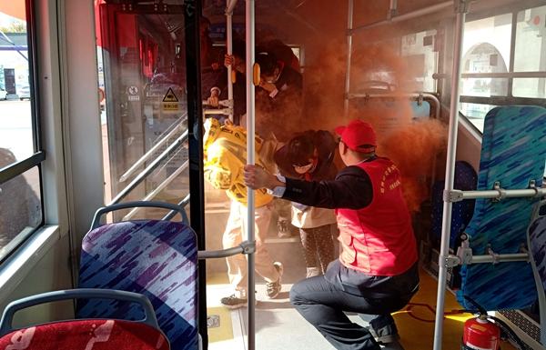 公交进校园,安全伴我行!郑州二七区京广路小学开展公交车体验式消防演练活动