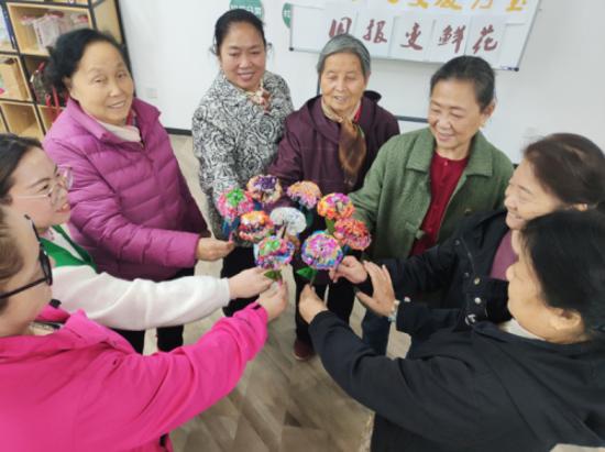 """郑州花园路街道甲院社区组织开展""""心灵手巧,变废为宝之旧报变鲜花""""的环保活动"""