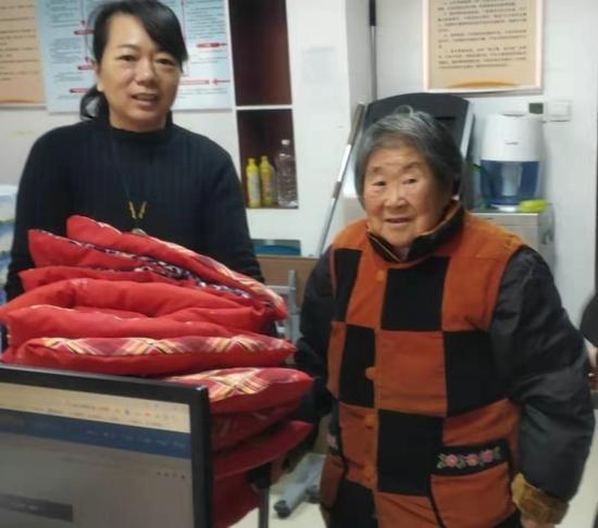 郑州花园路街道省水利厅社区:暖心礼物送上门 社区座椅穿冬装
