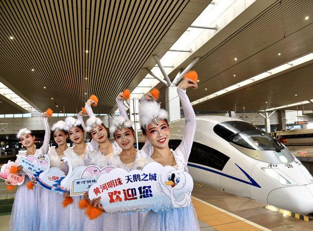 高铁旅游专列开进三门峡