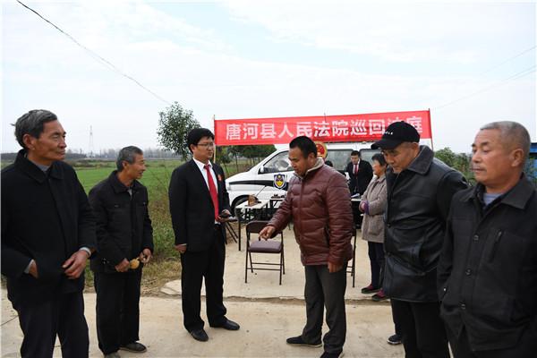 唐河法院:莲菜池旁巡回审理断案 村民当天拿到土地租金
