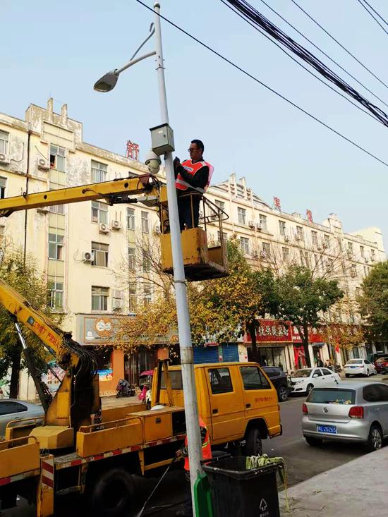 强化悬挂摄像头规范化管理  漯河对36条道路违规灯杆摄像头集中拆除