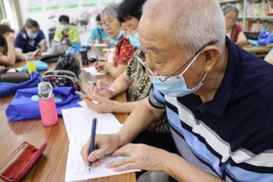 """郑州市花园路街道老年大学智能手机班开课 让老人走出""""数字困境"""""""