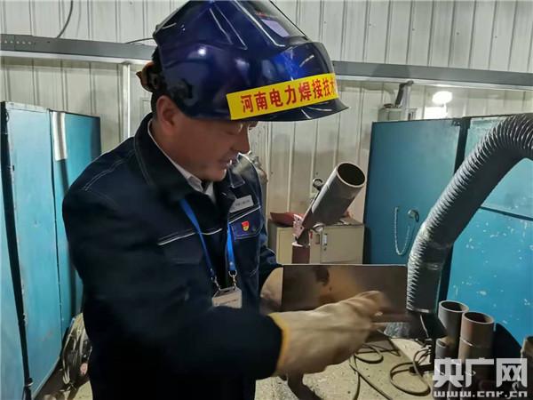"""【中国梦 大国工匠篇】陈建平:耐住性子焊出完美的""""铁艺术品"""""""