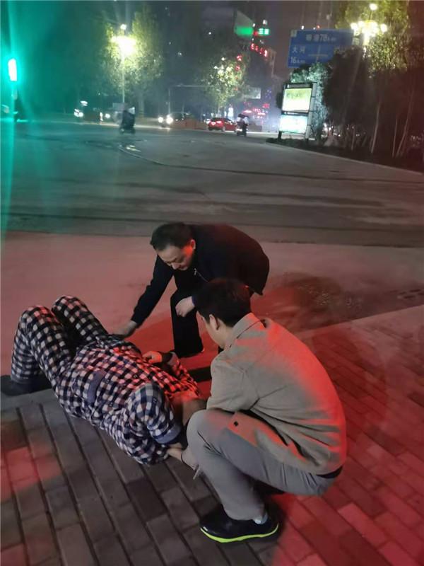 桐柏公安:耄耋老汉突然摔倒 民警及时救助脱险