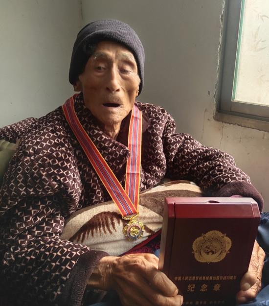 汝南县退役军人事务局局长肖文献亲手为老英雄戴上抗美援朝70周年纪念章