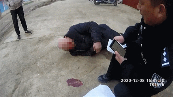 邓州市九龙派出所:老人犯病倒地 民警紧急救助