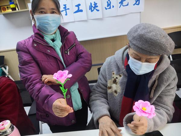 郑州甲院社区举办老年人手工活动:花开富贵 童心玩泥