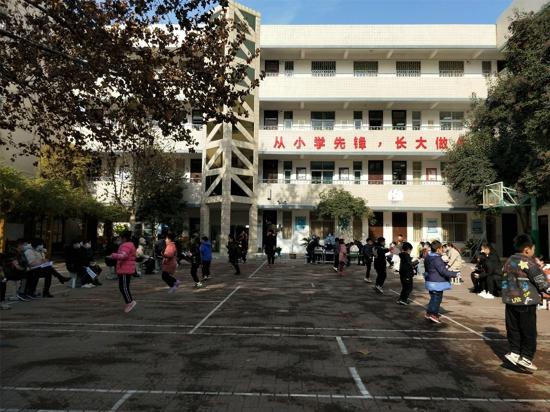 """郑州市管城区南学街小学举行""""彩绳飞扬 快乐童年""""跳绳比赛"""