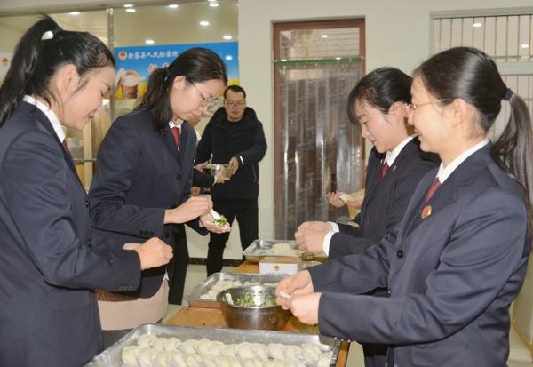 新蔡县检察院开展情暖冬至包饺子活动