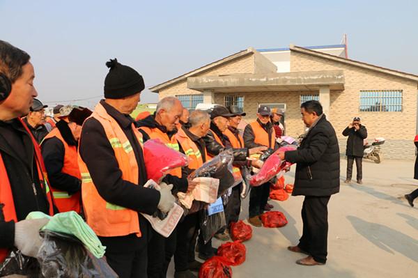 邓州:凯达康洁环卫工喜领过冬慰问品