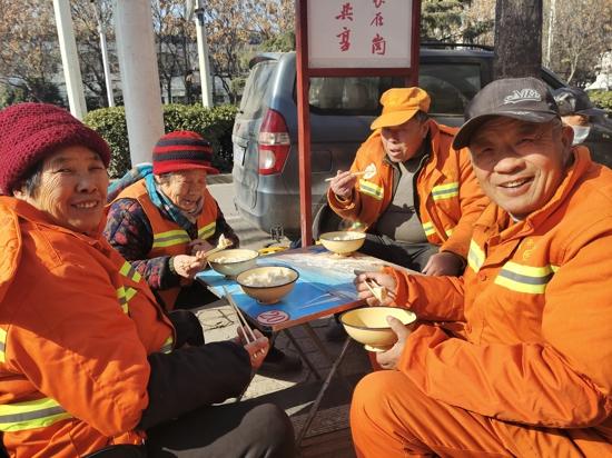 连续四年!郑州11岁学生用压岁钱请环卫工人吃饺子过冬至