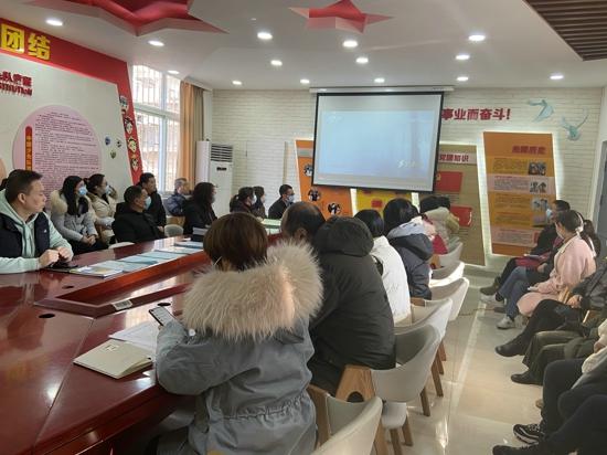 郑州市管城区南关小学组织全体教职工观看大型纪录片《为了和平》第四集《英雄赞歌》