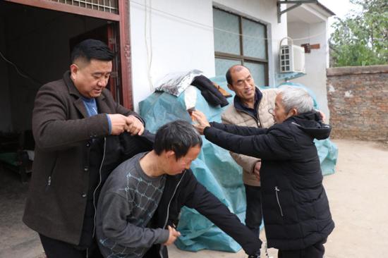 周口太康两名爱心人士捐赠百件棉衣,让特困老人温暖过冬