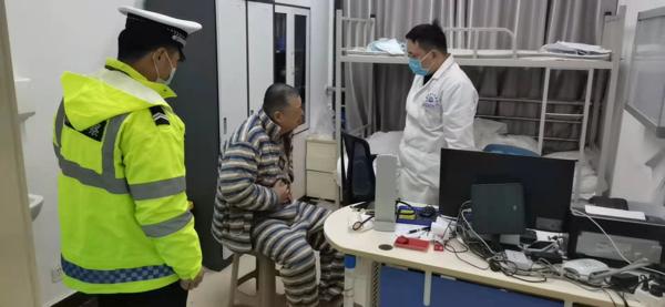 虞城男子深夜急病复发 交警火速送民就医