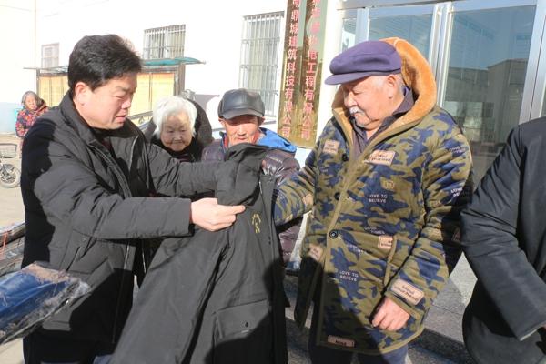 新蔡县黄楼镇领导到爱心家园为鳏寡孤独人员送温暖