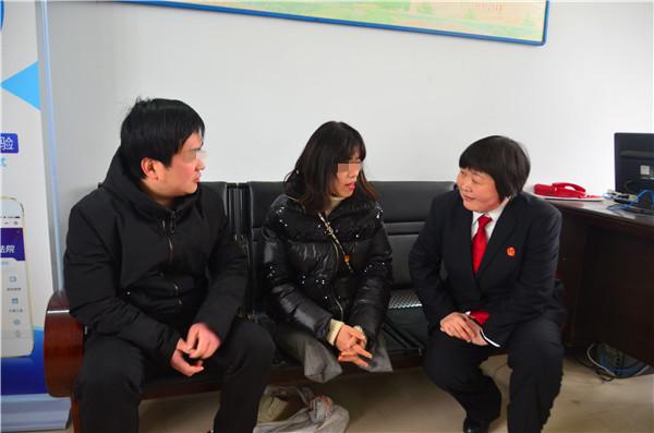 """新野县法院:公正维权效率高 """"无腿女孩""""送锦旗"""