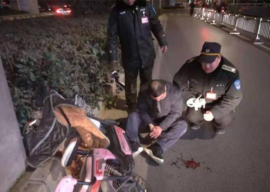 男子深夜摔倒受伤 巡防队员暖心救助
