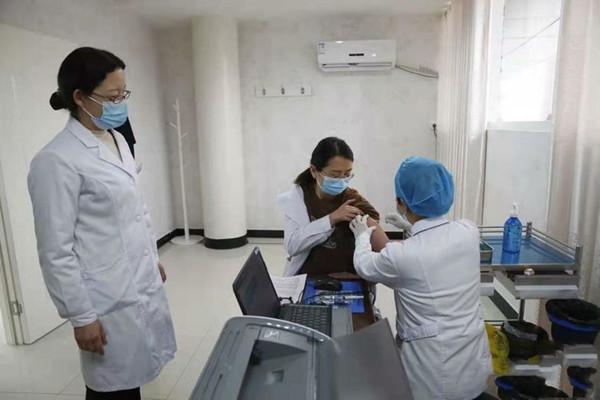 邓州市新冠疫苗接种第一人为市中心医院一名医务工作者