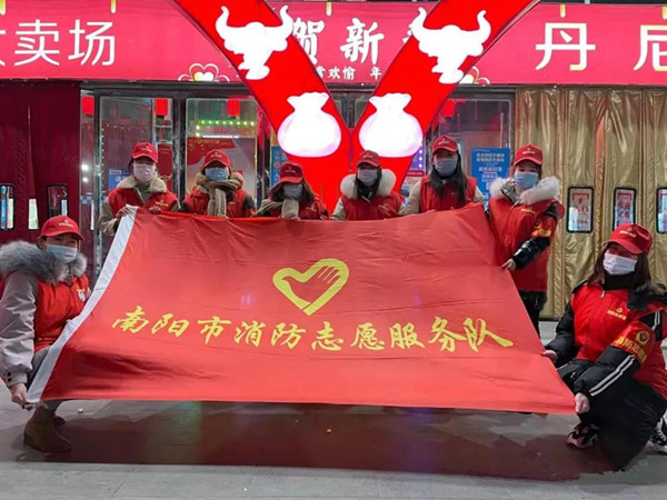 """南阳消防志愿者""""错时宣传""""进闹市"""