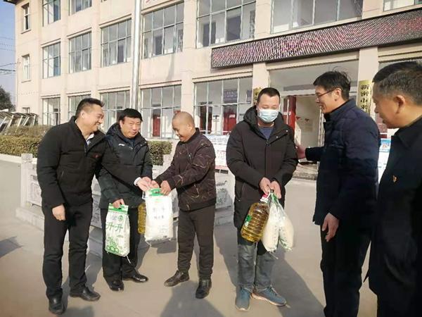 寒冬送暖情更浓 郑州市洛阳市商会到新密慰问困难群众